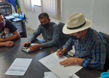 PREFEITO RONI IRMÃOZINHO ASSINA ORDEM DE SERVIÇO PARA REFORMA ELÉTRICA DE ESCOLAS