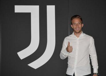 Troca-troca: Barcelona anuncia venda de Arthur para Juventus, e Pjanic faz caminho inverso