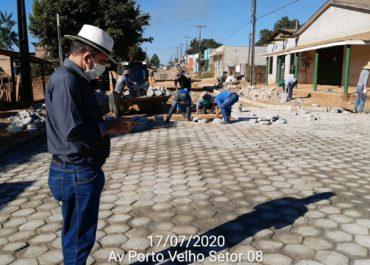O prefeito de Buritis, Roni Irmãozinho, vistoriou na última sexta-feira (17/07), o andamento dos trabalhos de pavimentação que vêm sendo executados com recurso próprio em dois trechos na Av. Porto Velho no Setor 08.