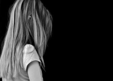 SEM NOÇÃO: Mulher deixa filha sozinha em casa por 8 dias e criança morre de fome