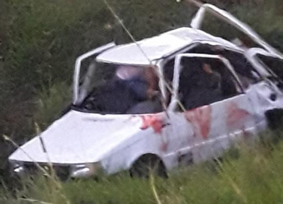 Carro capota e deixa quatro pessoas da mesma família feridas