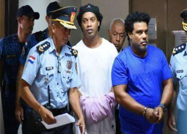 APÓS SEIS MESES: Ronaldinho Gaúcho e o irmão Assis deixam prisão no Paraguai
