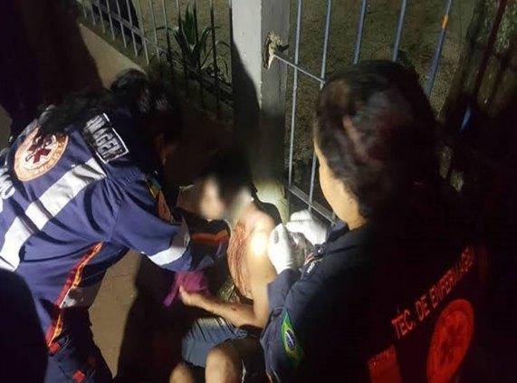 TENTATIVA DE HOMICÍDIO: Após ser atacado a facadas, homem desesperado corre e pede socorro na rodoviária