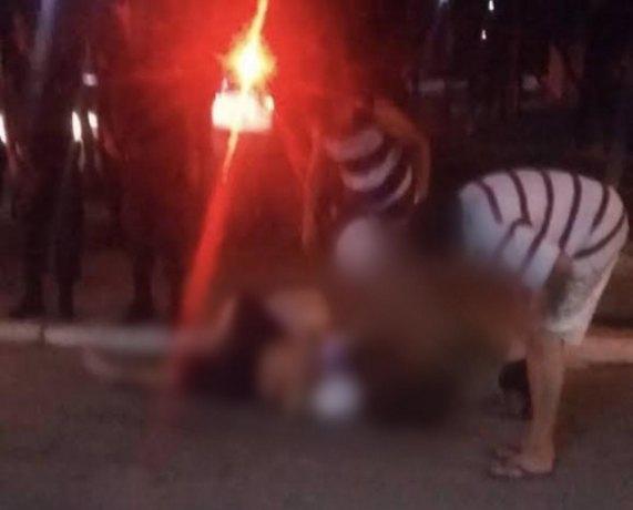 DOIS TIROS: Dupla em moto tenta matar jovem que bebia com amigos na frente de casa