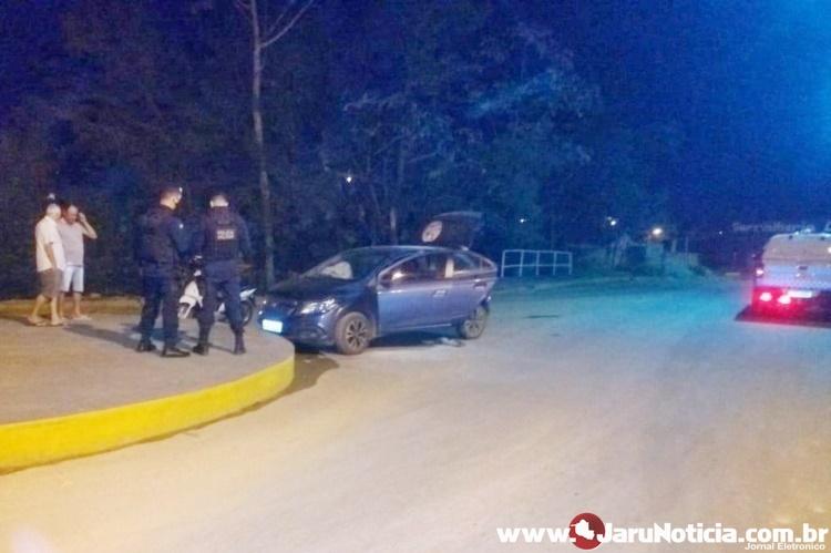 Motorista sofre mal súbito enquanto dirigia e bate carro em rotatória