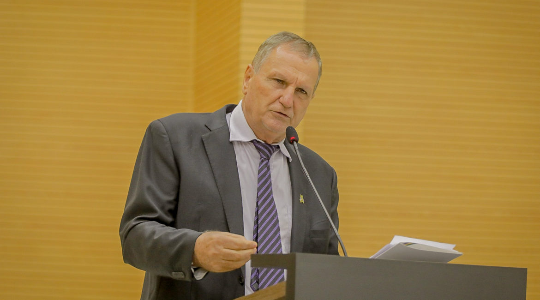 Deputado Adelino Follador critica preço do leite pago aos produtores