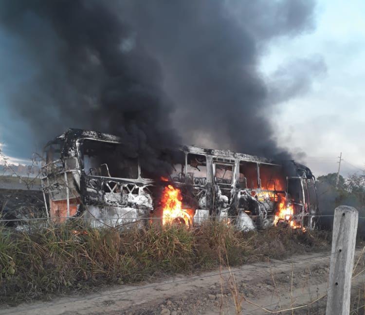 Ônibus com pacientes de Buritis se envolve em acidente com caminhão taque na BR 364 em Itapuã do Oeste; há registros de vários mortos