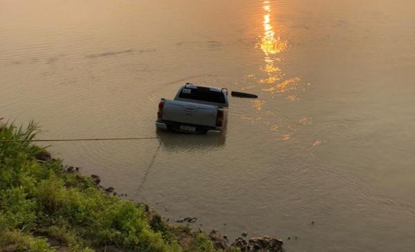 Polícia retira caminhonete roubada que estava no fundo do rio Mamoré